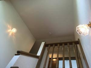 階段の壁に設置されたブラケットライトwb235+475/clrの施工例