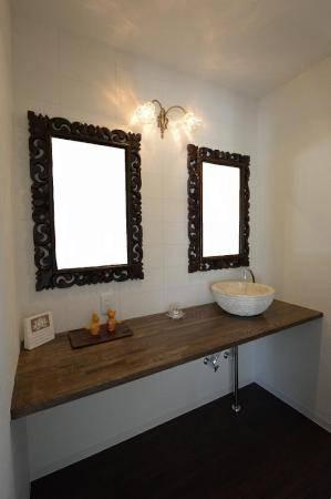洗面所のシックな鏡の上に使われたアンティークなブラケットライト2灯用wf325/2+475/clr