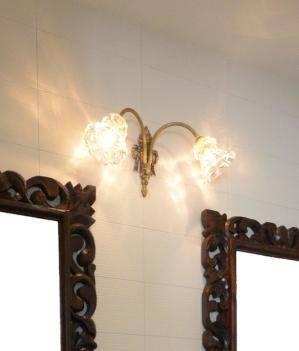 2つのアームを持つアンティーク調のブラケットライトwf325/2+475/clrを洗面のミラーの上の照明として