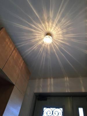 玄関ホールの照明pb393+106eredと美しい天井の模様