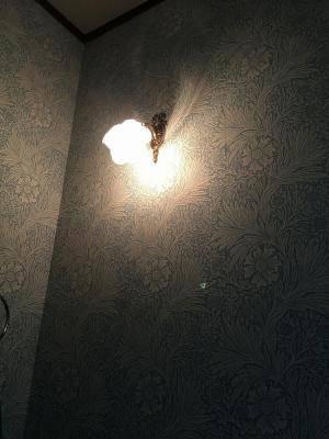 洗面所の壁照明としてwf323+235/sat-薔薇をモチーフにしたガラスを使って