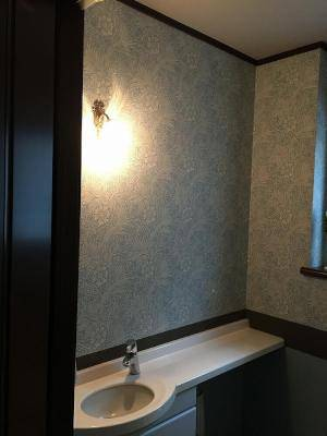 洗面所の鏡の上の照明にアンティーク風のブラケットライトwf323+235/sat