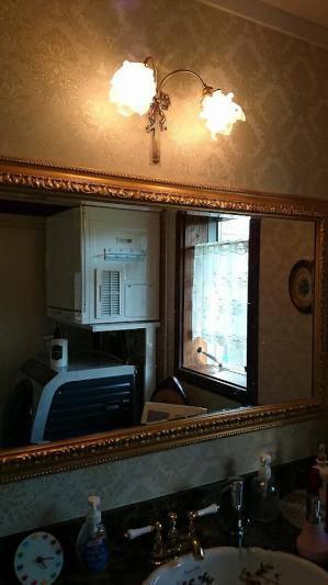 洗面所・パウダールームの壁照明としてwf340/2+235/sat-アンティーク調でリボンのモチーフが可愛い2灯式のブラケットライト