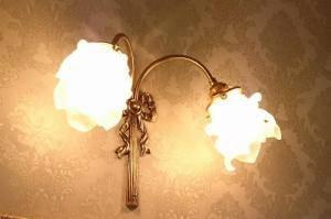リボンをあしらった2灯式のブラケットライトwf340-2+235/satを洗面所の照明として