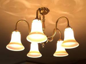 ダイニング照明に暖かな光のガラスを使ったアンティーク風のシャンデリア