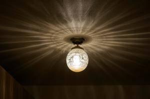 エントランスの照明にクラシックな天井灯106ecog+pb393