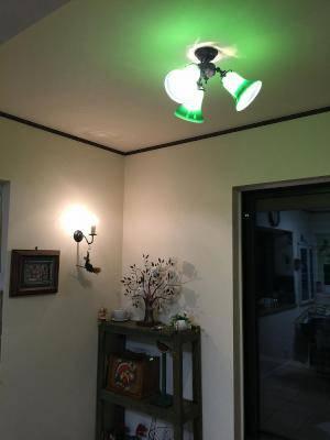 玄関ホールの照明としてグリーンのガラスが特徴の天井灯と壁照明の施工例