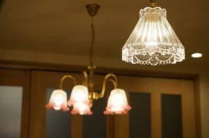 キッチンの上に少しアンティーク調のペンダント照明477clr-rj5が2台