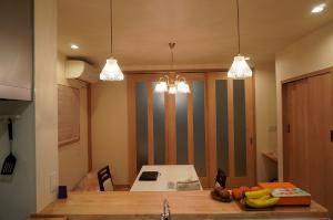 対面キッチンの照明として使われたペンダントライト477clr-rj5