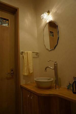 トイレ照明-ミラーの上の可愛いブラケットライトの施工例