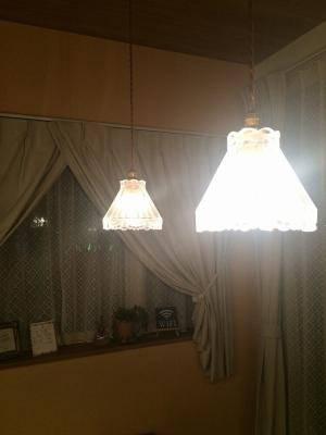 分厚いガラスを通して暖かな光がこぼれてくるペンダントライト477clr-rj5をダイニングの照明として