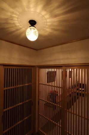 天井に広がる光の模様が和の玄関にマッチ