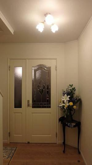 玄関ホールにバラのデザインのガラスを使ったアンティーク調の天井灯pb615-3+235sat