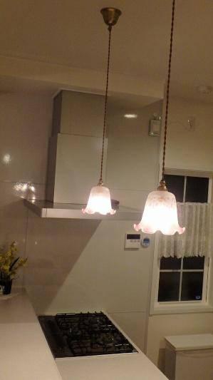 フリルが赤のエッチング模様になったガラスシェードを使ったペンダントライト2本をキッチンの照明として