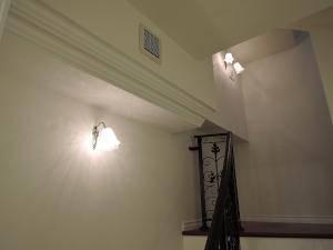 アンティーク調のブラケットライトwf320+411sat+wf325-2+411satを玄関につづく階段の壁に設置