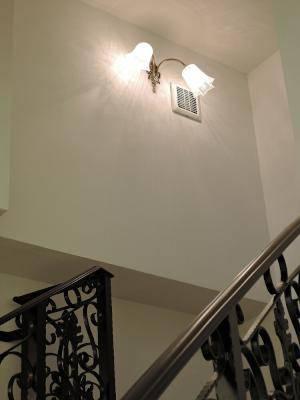 玄関から上を見上げたときに綺麗な光が印象的な壁照明wf325-2+411sat