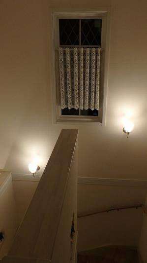 階段の折り返しの壁に2台のブラケットライトwb811+235sat