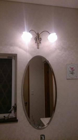 洗面のミラーにつけた薔薇のシェードを持つ2灯式ブラケットライト wf325-2+237sat
