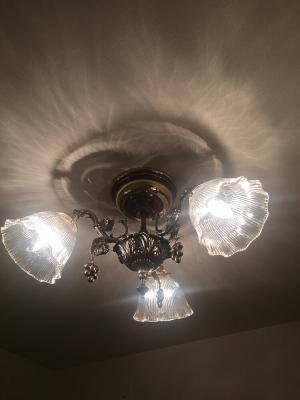 葡萄のデザインの天井灯灯具にレトロなアンティーク風ガラスシェードを組み合わせたダイニングの照明