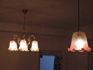 ガラスの裾がコニャック色になった6灯のシャンデリアをリビング照明として