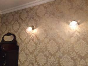 リビングのクラシックな壁紙によく合うブラケット照明-wf574+963cut