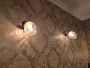 落ち着いた壁紙を使ったリビングの照明としてブラケットライトwf574+963cutを設置