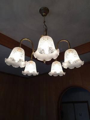 エッチング模様の入ったガラスシェードを使ったシャンデリアをリビング照明として