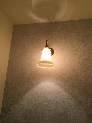アイボリーの暖かな光を放つブラケットライトを洗面台に