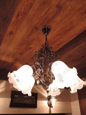 葡萄のデザインの5灯シャンデリアをダイニングテーブルの上に