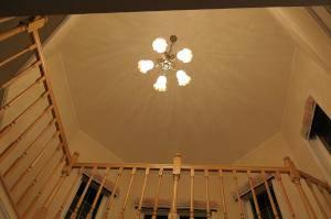 階段を上がったホールの照明として使われたシャンデリアpb521-5+361ecog