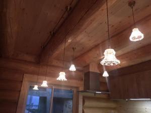 キッチンのカウンターの照明として小さなガラスを使ったペンダントライトを4台