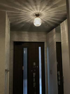 シックな雰囲気の玄関に設置したアンティーク風の天井灯。すべてが一体となっておしゃれな空間に仕上がります