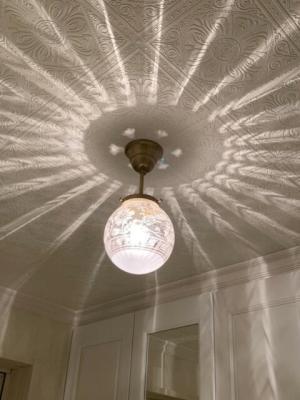 玄関に設置した106E/SATのガラスを使った天井灯