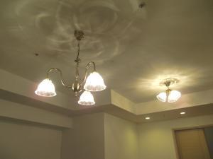 マンション照明-ガラス201/CLRを使った、アンティーク風のシャンデリアと天井灯
