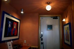 玄関照明-天井灯&ブラケットライトに同じタイプのガラスシェードを使っています