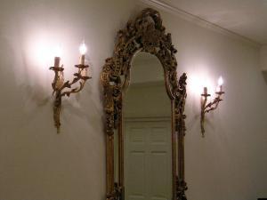 アンティーク調のブラケット照明wf532-3を2台、玄関の大きな鏡の横に2台設置