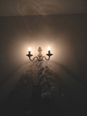 アンティーク調のキャンドルタイプのブラケットライトWB429/2を玄関照明として