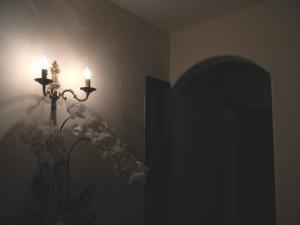 玄関ホールの照明として、壁にブラケットライトwb429-2を