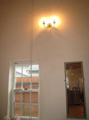 玄関ホールの壁に設置されたアンティーク風ブラケットPB093/2